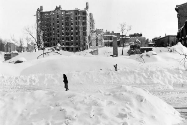 Современный Майдан Независимости, на заднем плане - руины дома Гинзбурга, на месте которого после войны была построена гостиница Украина.