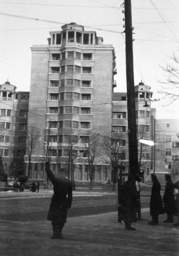 Венгерский солдат на пересечении современных улиц Грушевского и Московской, слева виден памятник арсенальцам, рядом с которым стоит советская 85-мм зенитная пушка.
