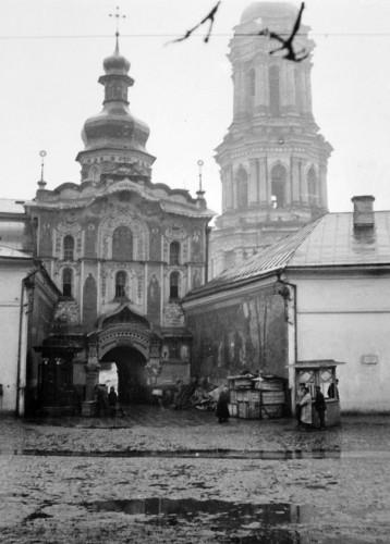 Троицкая надвратная церковь Лавры, главный вход в неё.