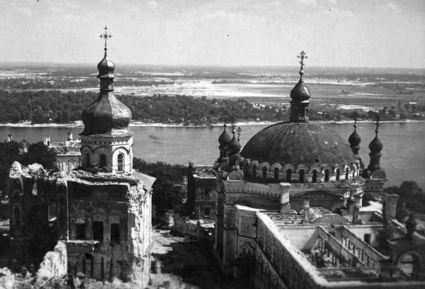Руины Успенского собора Киево-Печерской лавра, видно сорванную взрывом крышу (точнее – ее отсутствие) на Трапезной церковью.