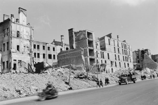 Дальше идёт целая серия фотографий руин на Крещатике.