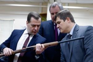 Дмитрий Медведев осматривает выставку продукции предприятия ПРОМТЕХНОЛОГИЯ