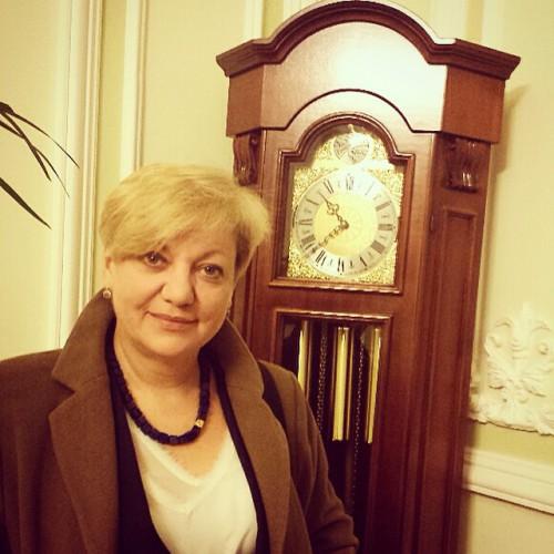 Журналисты попросили главу НБУ сфотографироваться возле часов, когда она будет уходить с работы