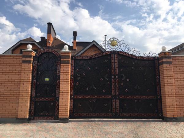 Наличие герба на воротах очень удивило журналиста