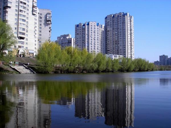 Лебединое озеро на Позняках в Киеве