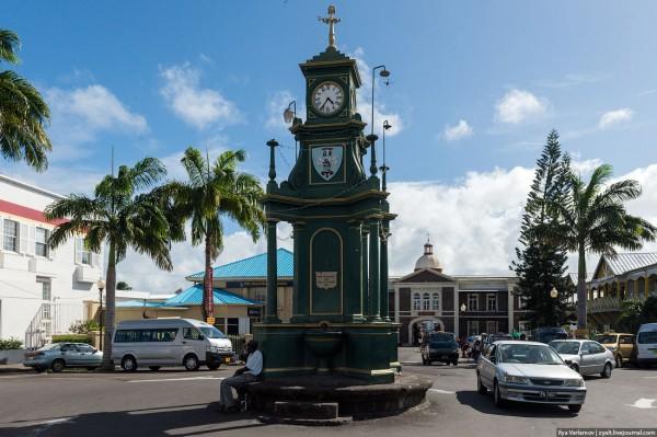Сент-Китс и Невис - бывшая британская колония. В самом центре столицы стоят часы, которые местные называют Биг-Беном. Часы давно остановились, как и время