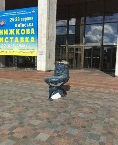 Двухметровый гипсовый унитаз установлен в центре Киева