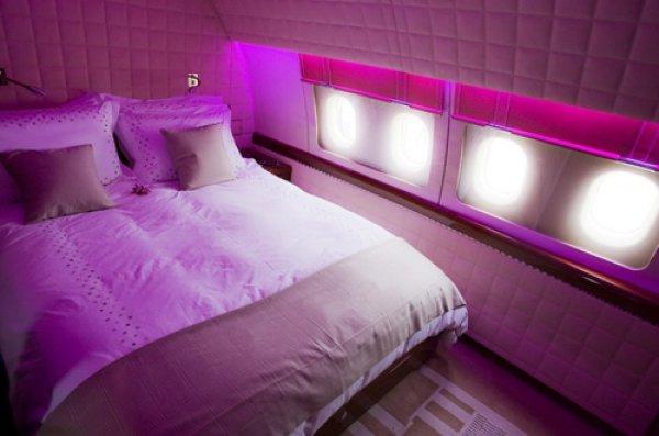 В спальне на борту самолета царит домашняя обстановка