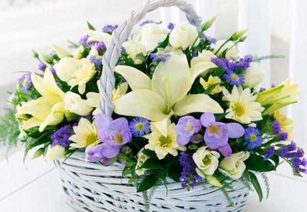 Варианты оформления цветочной корзины можно доверить флористу или придумать самому