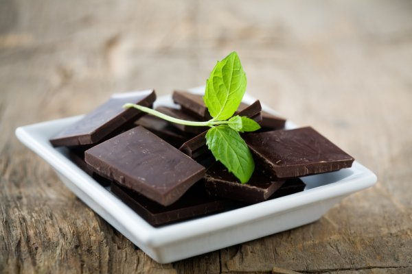 Мощная комбинация антиоксидантов, содержащихся в ягодах, поможет улучшить память и координацию. А если будете есть ягоды вместе с богатыми на масла орехами или авокадо, то сохраните молодость клеток мозга надолго.