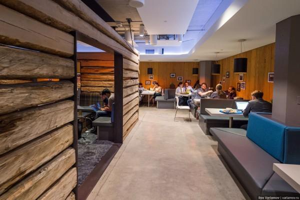 Офис Twitter.  В столовой есть деревянные домики