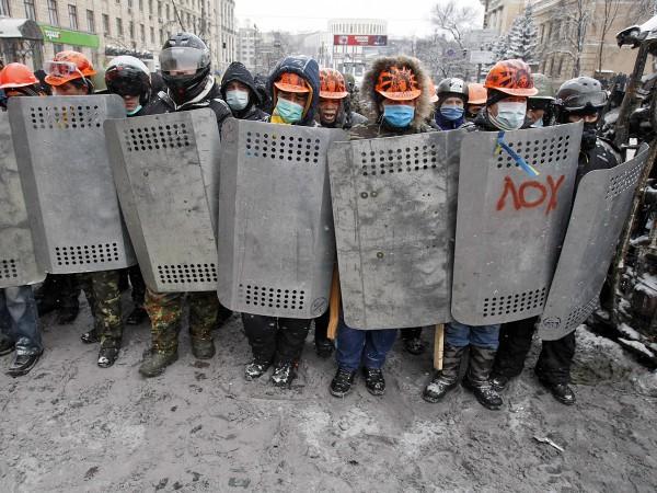 Утренний штурм на Грушевского 22 января. Активисты в строительных касках