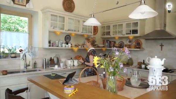 Жена Садового Екатерина на кухне