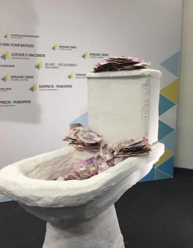 Необычная скульптура символизирует проблемы с запуском е-декларирования