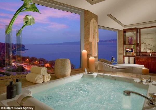 В номере есть огромная ванна-джакузи с видом на Женевское озеро