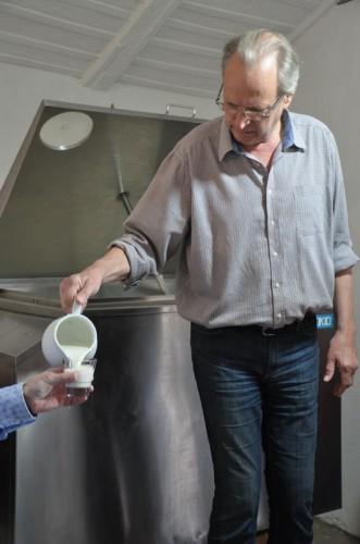 Козье молоко продают по 25 грн/литр