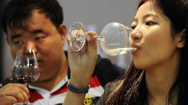 Китайцы выпили 230 миллионов ящиков вина в 2012