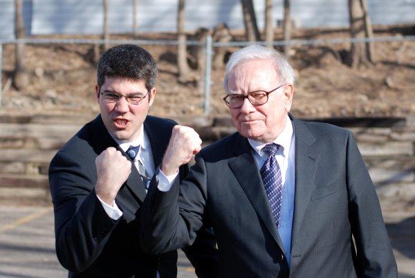 Уоррен Баффет (справа) занимает третью строчку самых богатых людей мира по версии Forbes
