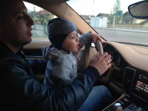 Антон Гонтарев с сыном в Porsche Cayenne