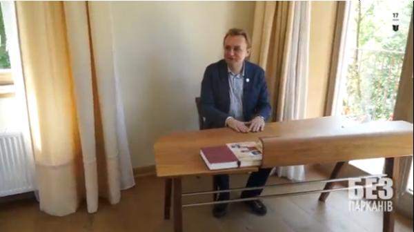Мэр за любимым столом
