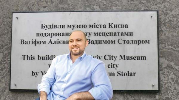 Вадим Столар возле здания, которое строила его фирма