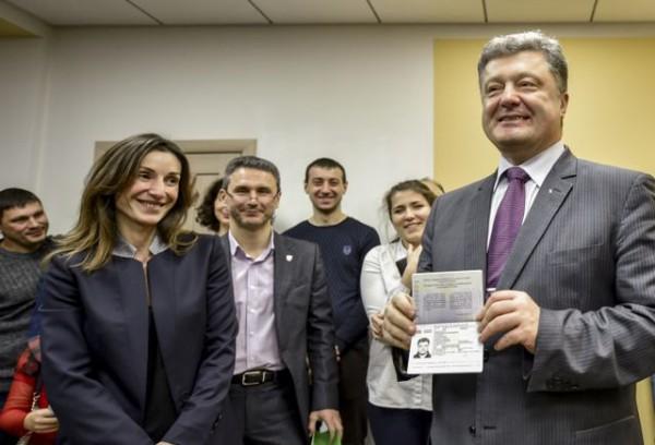 Первый биометрический паспорт получил президент Порошенко