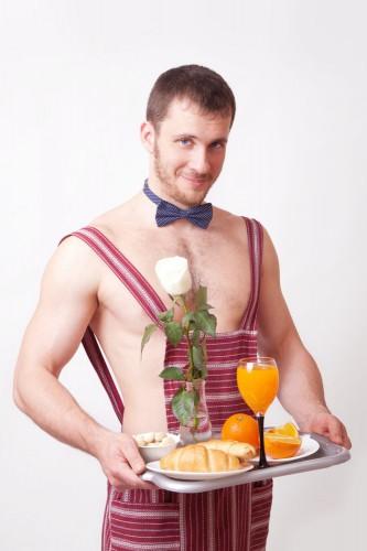 Некоторые мужчины в качестве подарка преподносят любимой завтрак в постель
