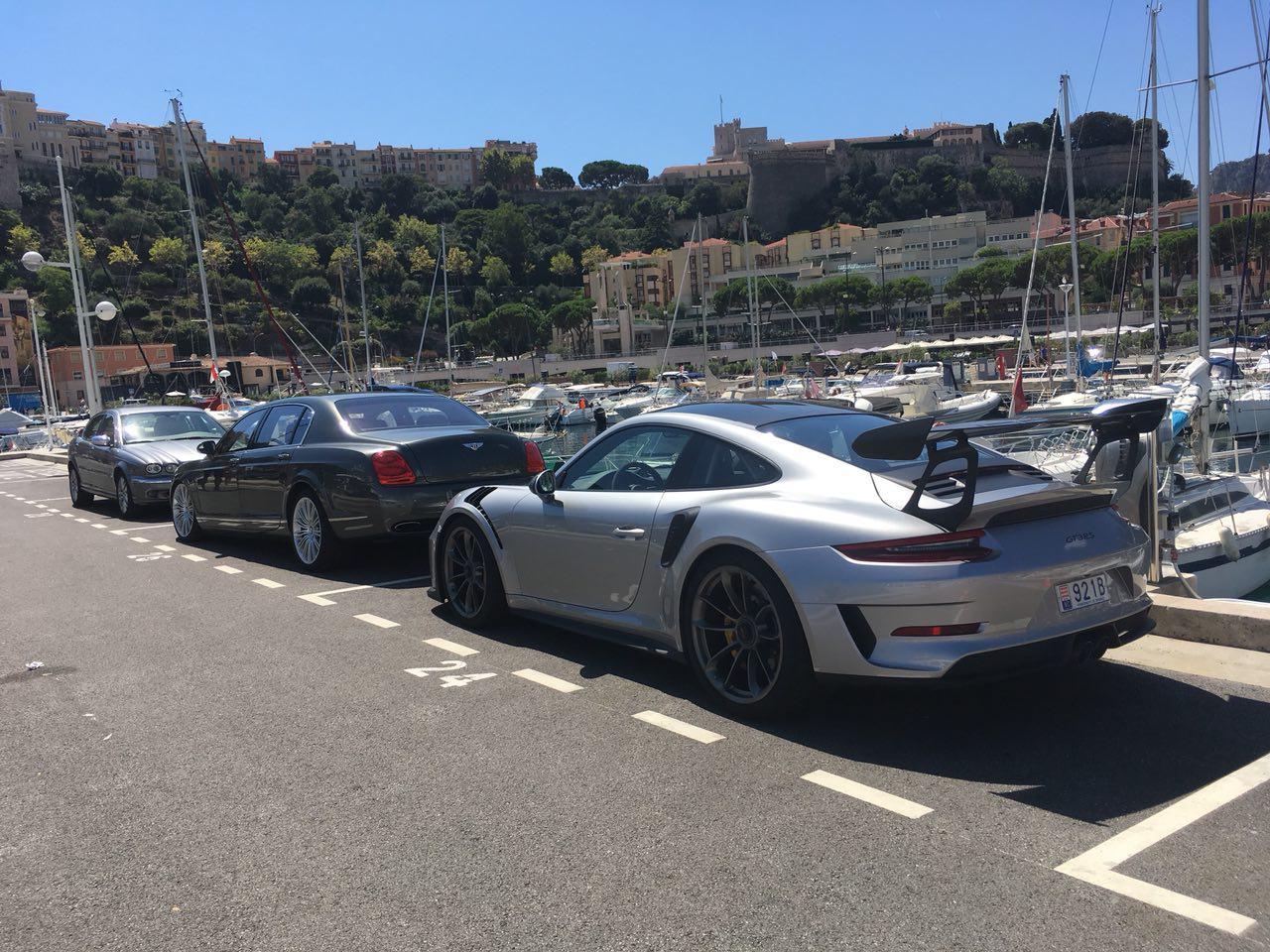 Автомобили в порту Монако