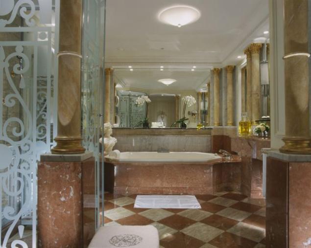 В отделке ванной комнаты использован мрамор из карьеров Вероны, Италия