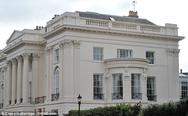 В историческом особняке находятся семь спален, девять ванных комнат и 11 гостиных.