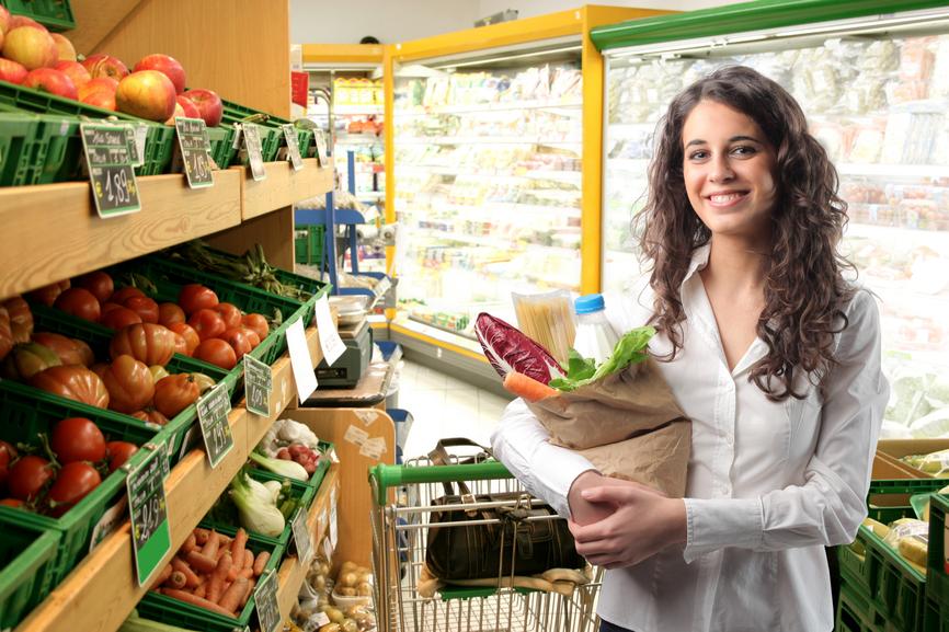 Каждый третий украинец ищет выгоду при покупке товаров в магазине
