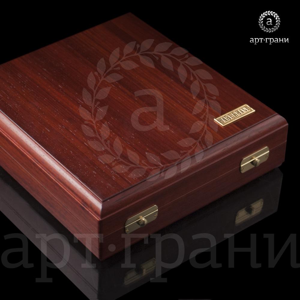 Монета имеет специальную деревянную коробку для хранения