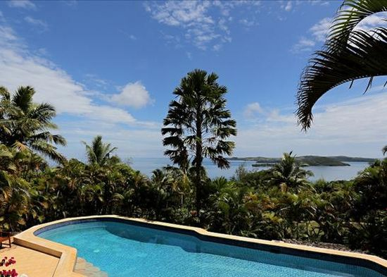 Он находится всего в 1 км от самого крупного острова Фиджи - Вити-Леву