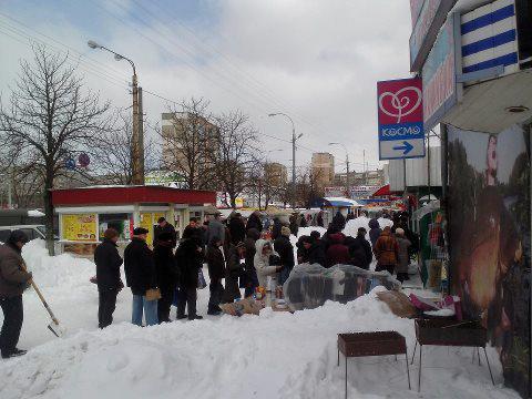 Очередь за снегом в одном из магазинов на Виноградаре