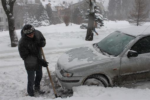 Некоторые киевляне неплохо заработали на этой неделе, откапывая чужие машины из снега