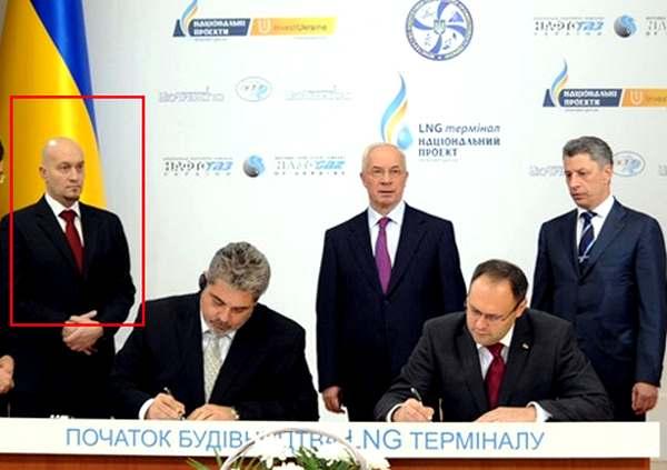 Джорди Сарда Бонвехи, бывший лыжный инструктор, на подписании договора об LNG-терминале