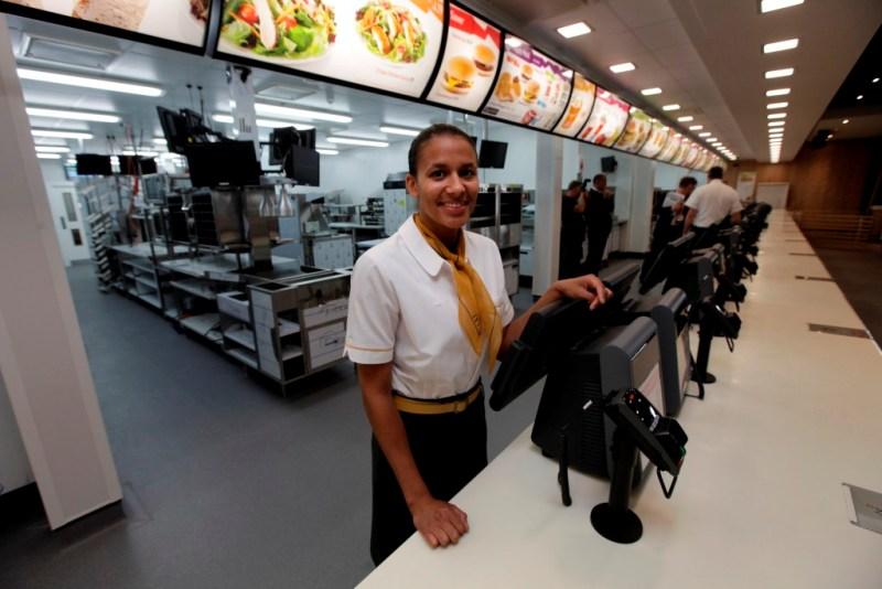 Однако в Британии нашлось очень много недовольных тем, что Олимпиаду спонсирует компания, производящая нездоровую пищу.