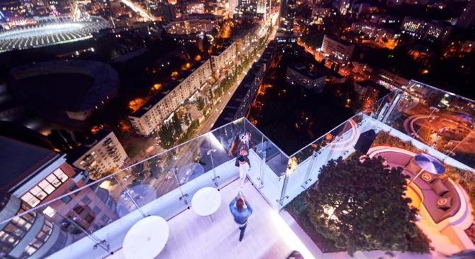 Лаундж-зона и смотровая площадка на крыше здания новой квартиры сына Авакова