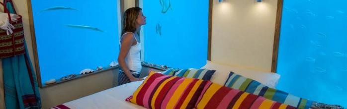 Спальня под водой. Отель Manta Resort