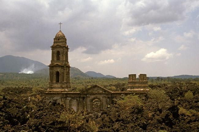 Церковь в Сан-Хуан-Парангарикутиро в Мексике