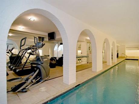 В доме есть огромны бассейн