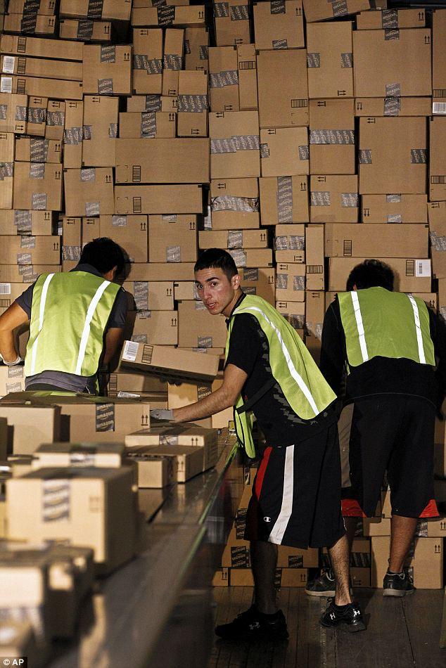Работники склада Интернет-магазина Amazon.com пакуют заказы