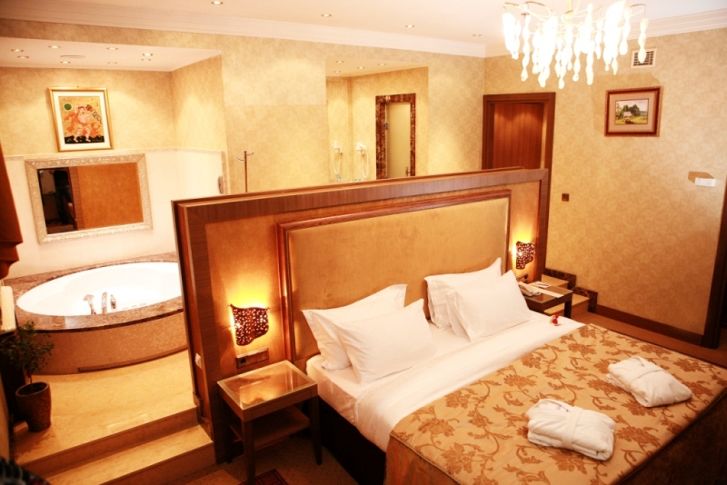 В президентских апартаментах Ривьеры джакузи находится прямо в спальне