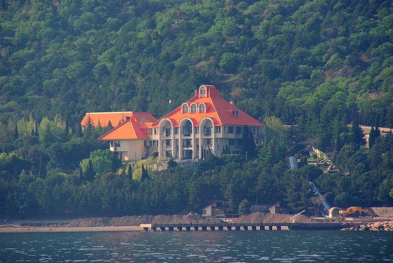 Главный дом на территории резиденции - 3-этажный дворец с пентхаусом. Спуститься к морю от него можно при помощи эскалатора