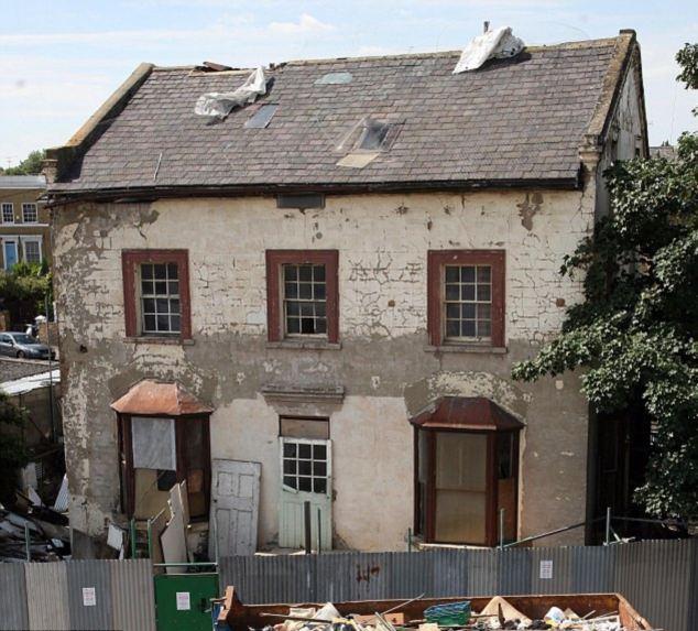 Этот непрезентабельный дом в округе Хакни, восточный Лондон, хотят продать почти за 1 млн. евро