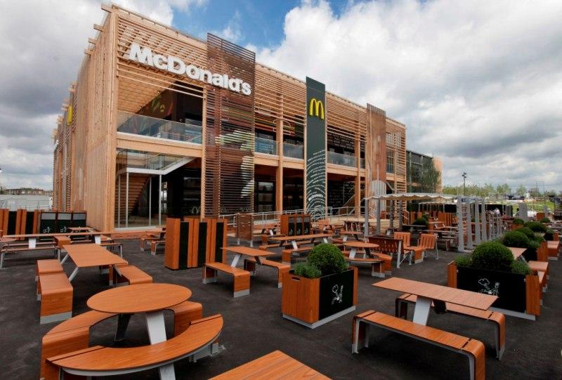 В ресторане одновременно могут обедать 1500 посетителей.