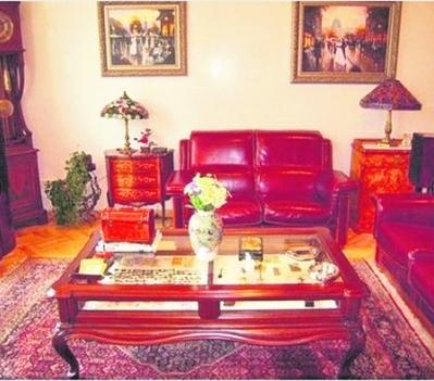 Андрей Ющенко и его супруга Лиза прожили здесь три года, но после развода пентхаус с раритетной мебелью пустует