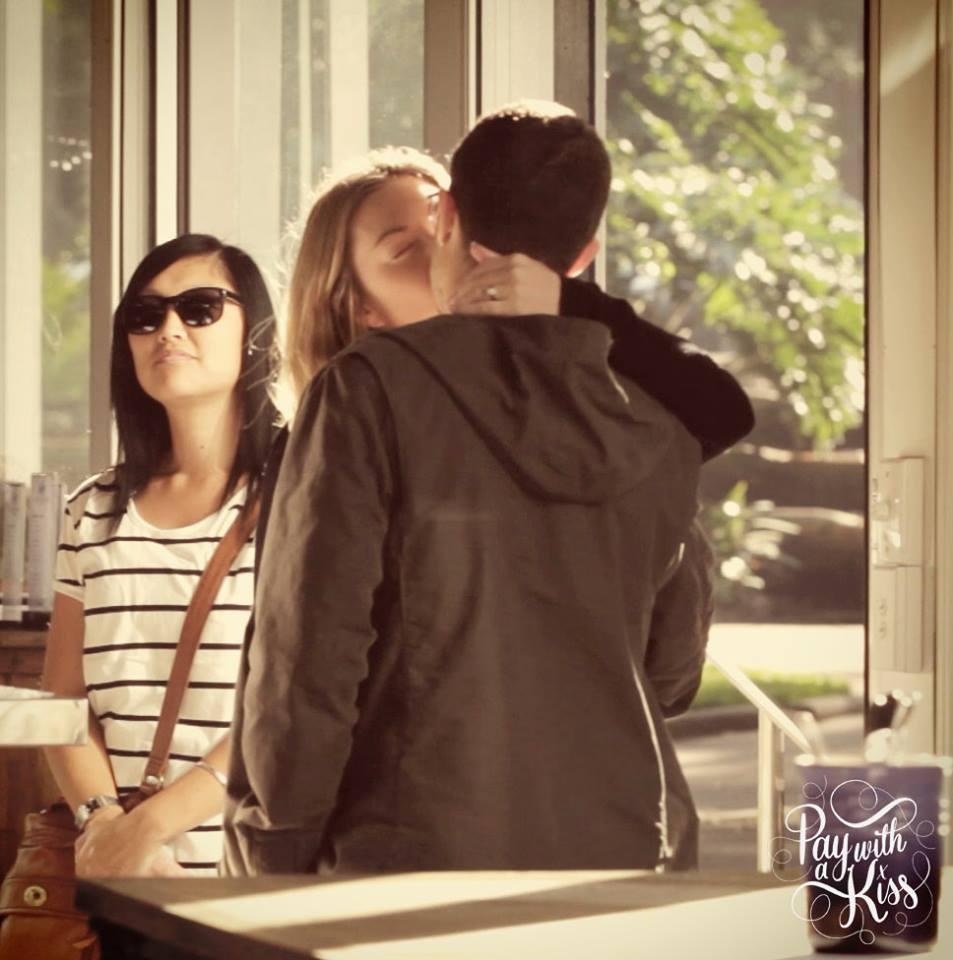На страничке кафе в Facebook уже целый фотоальбом поцелуев
