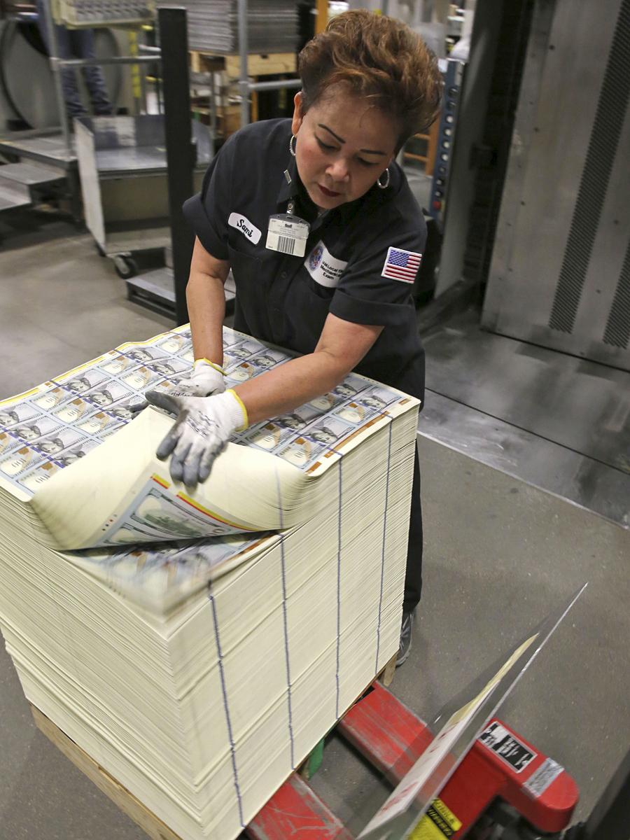 В США показали процесс печати новой банкноты в $100