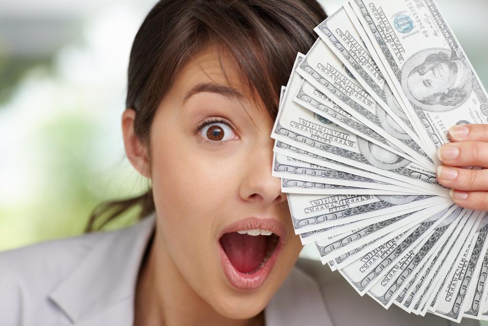 Купить доллары в обменниках, даже по высокому курсу, непросто. Зато они есть у менял